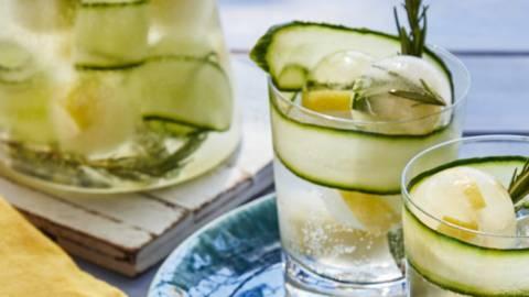 Limonata di cetrioli e limone con rosmarino