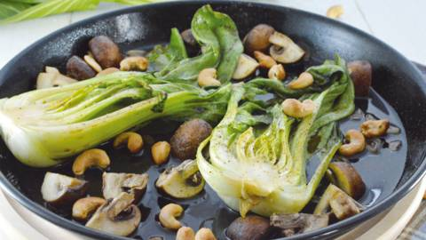 Cavolo cinese marinato con champignon e anacardi