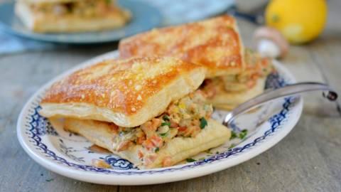 Fette di pasta sfoglia con champignon