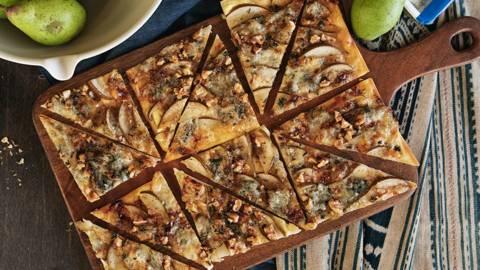 Tarte flambée con gorgonzola, pere e noci