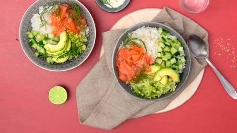 Poké bowl con salmone affumicato, avocado e riso jasmin