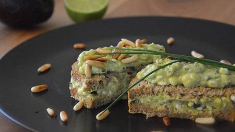 Sandwich con avocado e cottage cheese