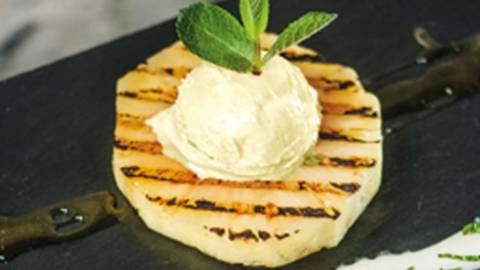 Ananas alla griglia con salsa yogurt e gelato