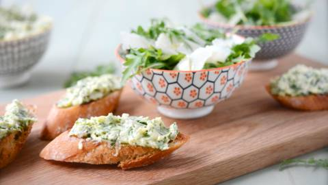 Bruschetta doppia alla rucola e insalata