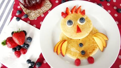 Pancake uccellino con frutta fresca