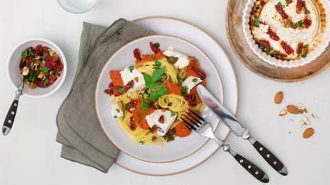Ricotta al miele al forno con tagliolini, salsa romesco e salsa al prezzemolo