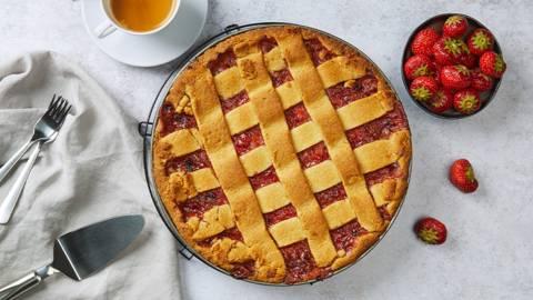 Linzer Torte con fragole e rabarbaro
