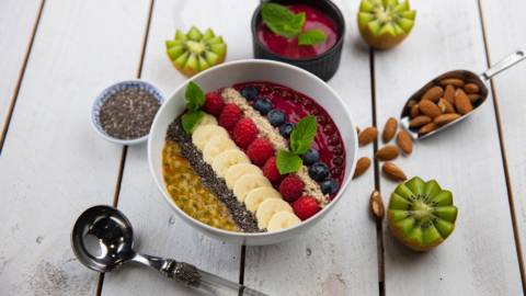 Bowl di smoothie vegano con frutti di bosco