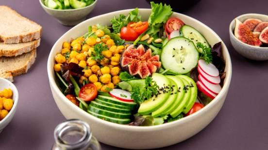 Insalata vegana con dressing all'olio di semi di zucca