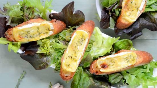 Crostini al miele e formaggio gratinati con insalata a foglie