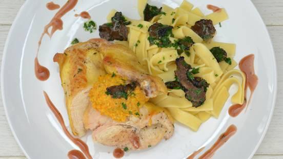 Petti di pollo al mais con pesto di carote e fettuccine con carpaccio di prezzemolo e tartufo