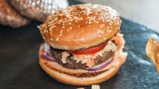 Hamburger di manzo con insalata di cavolo