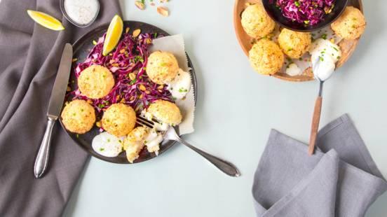Falafel di cavolfiore con sour cream e insalata di cavolo rosso