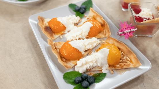 Family Food Fight: Pesche flambé e albicocche su impasto per torte