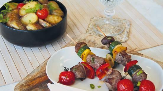 Spiedino di manzo da pascoli bio con verdura e patate arrosto
