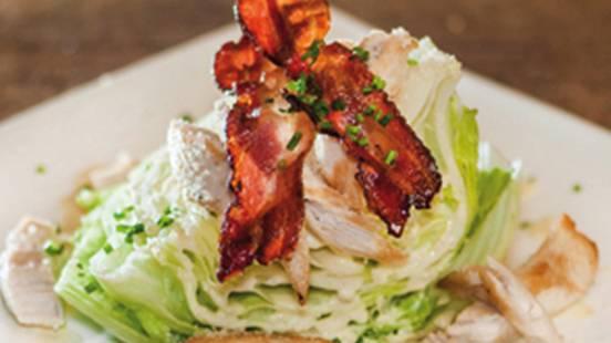 Cesar salad con straccetti di petto di pollo e speck