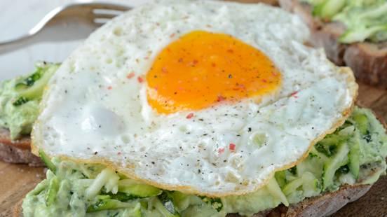 Toast con avocado e uovo all'occhio di bue