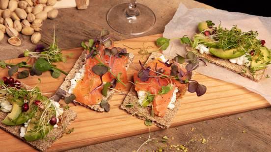 Cracker con salmone affumicato/avocado