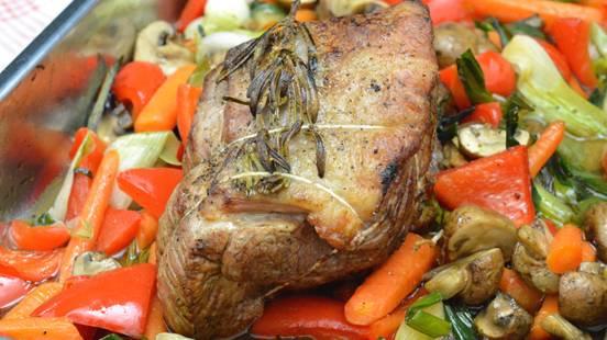 Arrosto di vitello su letto di verdure e sugo all'aceto balsamico