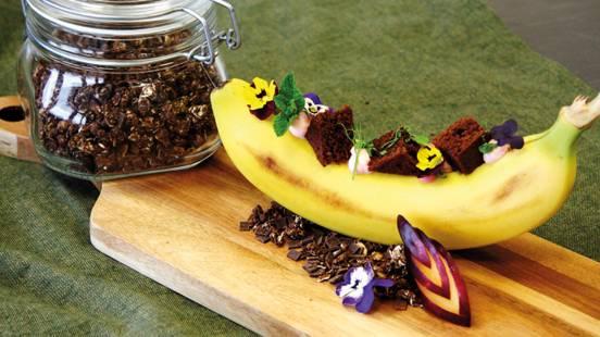 Banana ripiena con crema di quark alla fragola e brownie