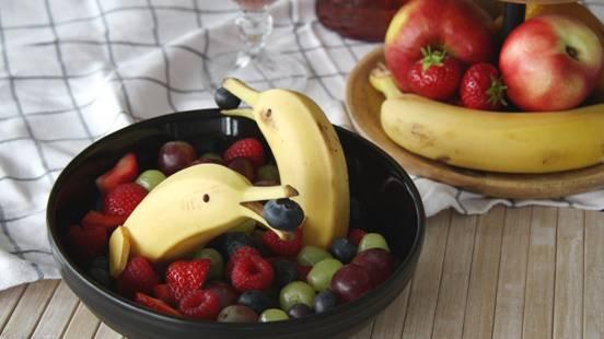 Banane a forma di delfino con frutta