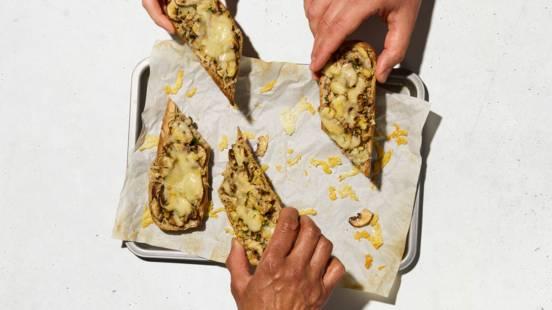 Crostoni con funghi e noci