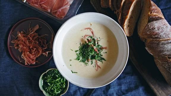 Zuppa al Riesling con prosciutto crudo grigionese