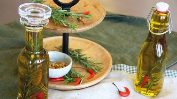 Olio aromatizzato al rosmarino, aglio e peperoncino