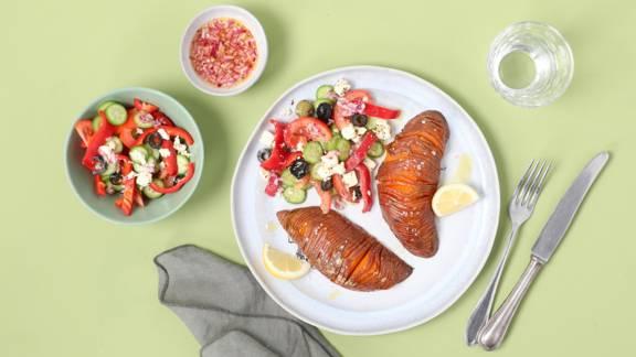 Patate dolci Hasselback con insalata greca