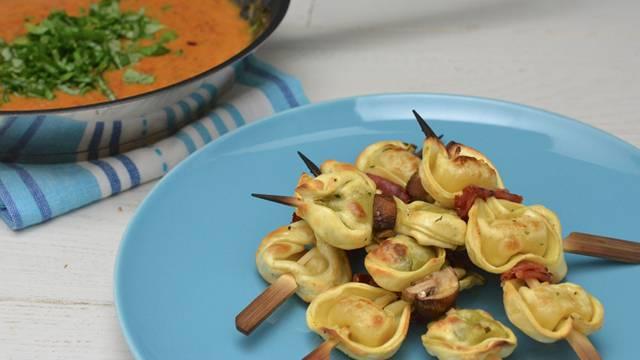 Spiedini di tortelloni grigliati con salsa al pomodoro ciliegino