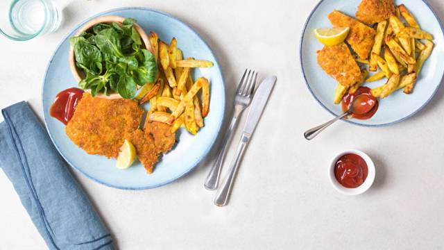 Cotoletta in panatura di cornflakes con patate al forno e insalata di formentino