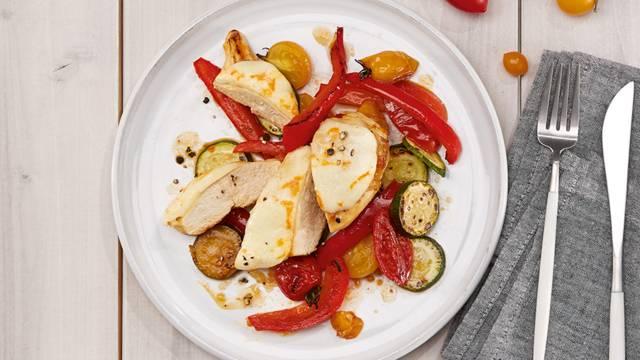 Petto di pollo al forno su verdure