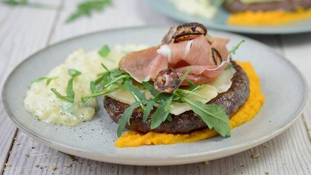 Hamburger pasquale Angus su purea di carote con risotto alle patate