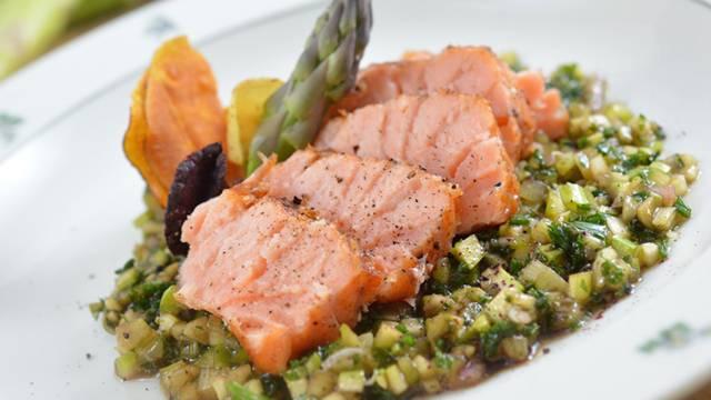 Filetto dorsale di salmone a fette su vinaigrette di asparagi