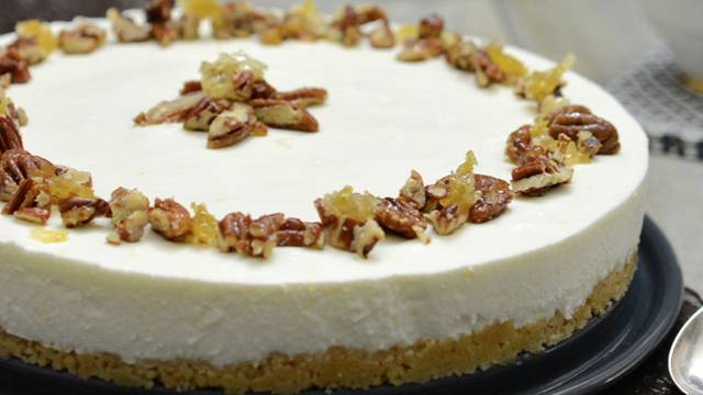 Torta allo yogurt ricoperta di miele e noci