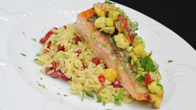 Filetto di salmone con salsa all'avocado e pesca noce e riso alla melagrana