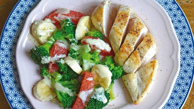Petto di pollo con broccoli e banane