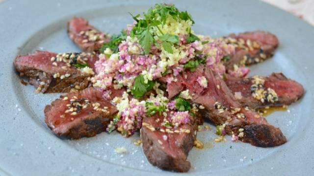 Tataki di cavallo con salsa al sesamo e couscous di cavolfiore