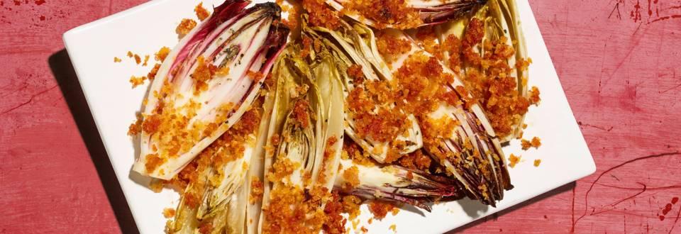 Cicoria al forno con briciole di pane al pomodoro