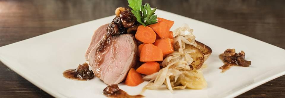 Filetto di maiale arrosto in un pezzo unico con chutney di fichi alle nocciole, patate alla lionese e carote glassate
