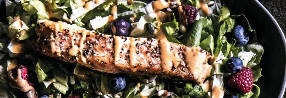 Salmone alla griglia su insalata di frutti di bosco