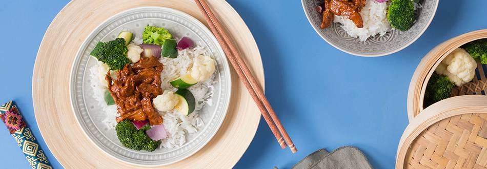 Bulgogi coreano di vitello con verdure al vapore e soffice riso basmati