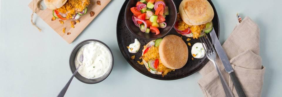 Pita con pollo croccante, insalata greca e tzatziki
