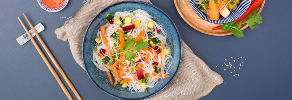 Insalata estiva di spaghetti di riso con pesca noce e leche de tigre