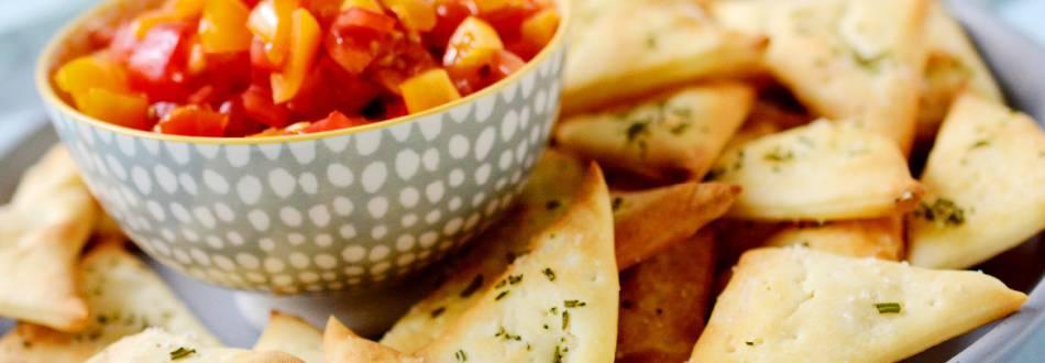 Triangolini di pizza con salsa al pomodoro