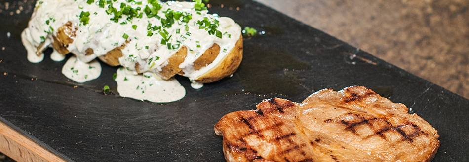 Bistecca di collo con patate al cartoccio e insalata di patate