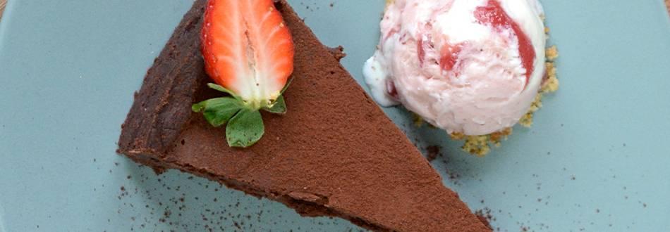 Torta al cioccolato con gelato alla fragola