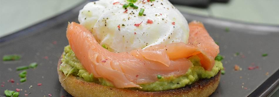 Panino al salmone con uovo in camicia