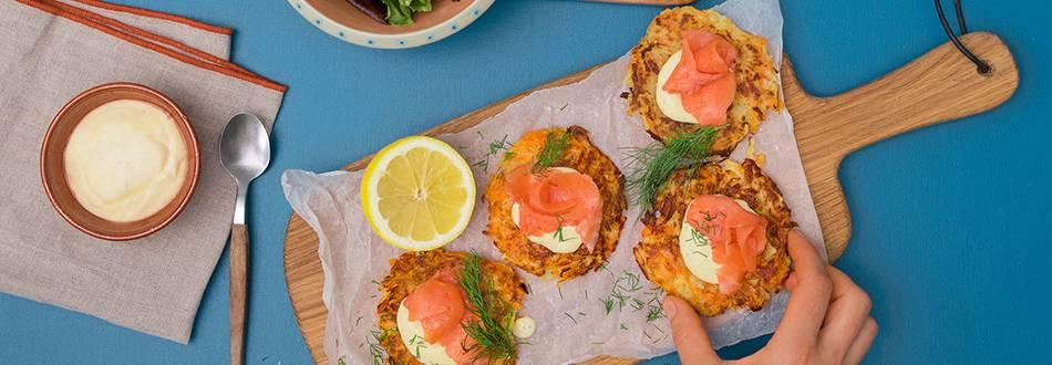 Saumon fumé avec rösti patates-carottes, dip miel-moutarde et salade