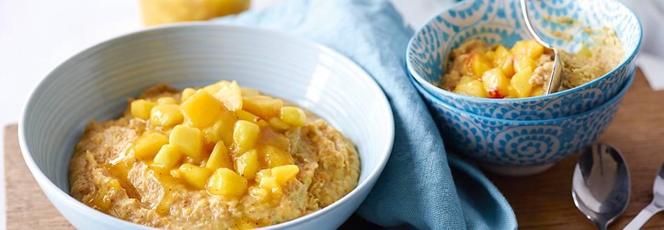 Porridge alle mandorle e frutta con trito di mango e pesca